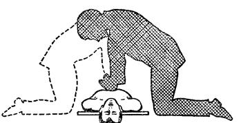 Положение оказывающего помощь при непрямом массаже сердца